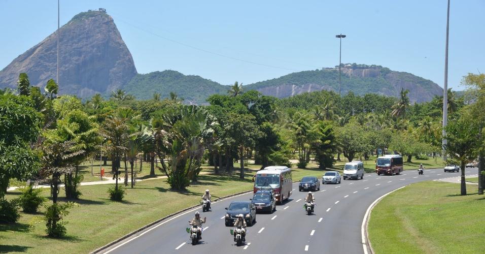 6.dez.2012 - Cortejo fúnebre com o corpo de Oscar Niemeyer se dirige ao aeroporto Santos Dumont, no Rio de Janeiro