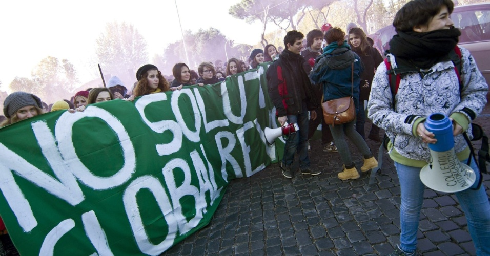 6.dez.2012 - Estudantes protestam em Roma, na Itália, contra as medidas de austeridade do governo