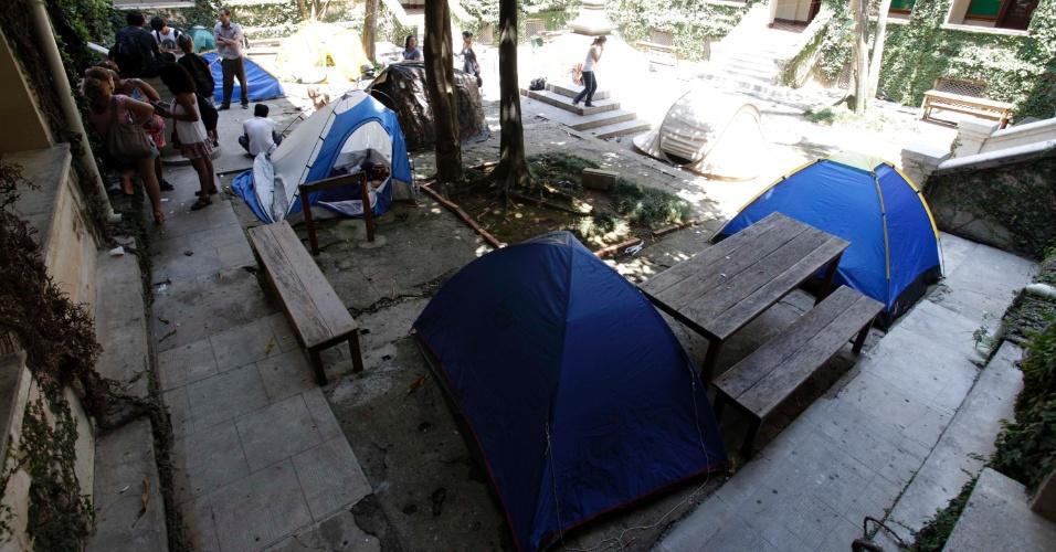 6.dez.2012 - Estudantes que aderiram ao Acampa PUC deixaram a frente da reitoria e se instalaram no Pátio da Cruz, na manhã