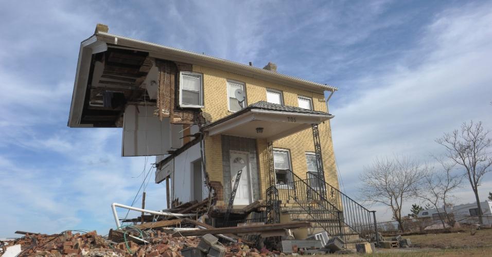 6.dez.2012 - Hotel destruído em Union Beach, no Estado americano de Nova Jersey, continua abandonado um mês após a passagem do furacão Sandy