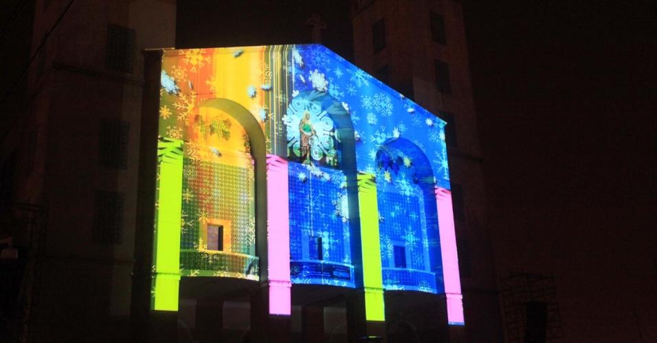 6.dez.2012 - Imagens natalinas são projetadas na fachada de igreja no centro da cidade de Vinhedo (SP)