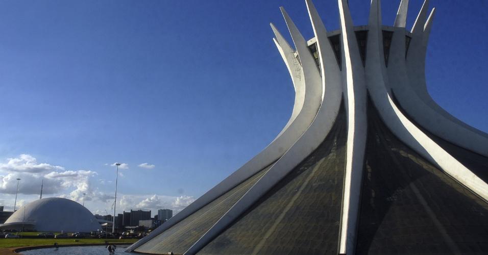 6.dez.2012 - Luz reflete sobre a parte externa da Catedral Metropolitana de Brasília, projetada por Oscar Niemeyer em 1958