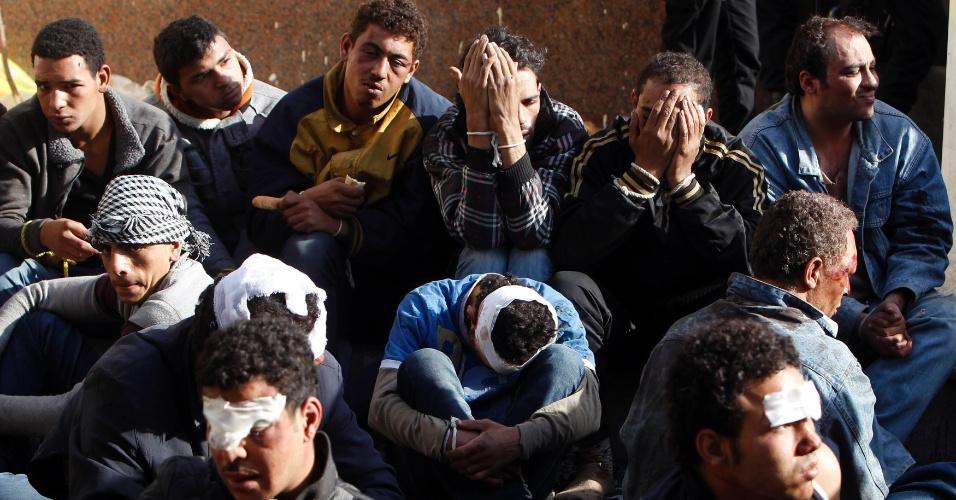 6.dez.2012 - Manifestantes feridos permanecem em frente ao palácio presidencial no Cairo (Egito), nesta quinta-feira, onde oponentes e apoiadores do regime do presidente Mohamed Mursi se enfrentam desde ontem. O Exército cercou as vias que levam ao palácio e ordenou que os dois grupos de manifestantes deixem o local. Os confrontos já deixaram ao menos seis mortos e mais de 700 feridos