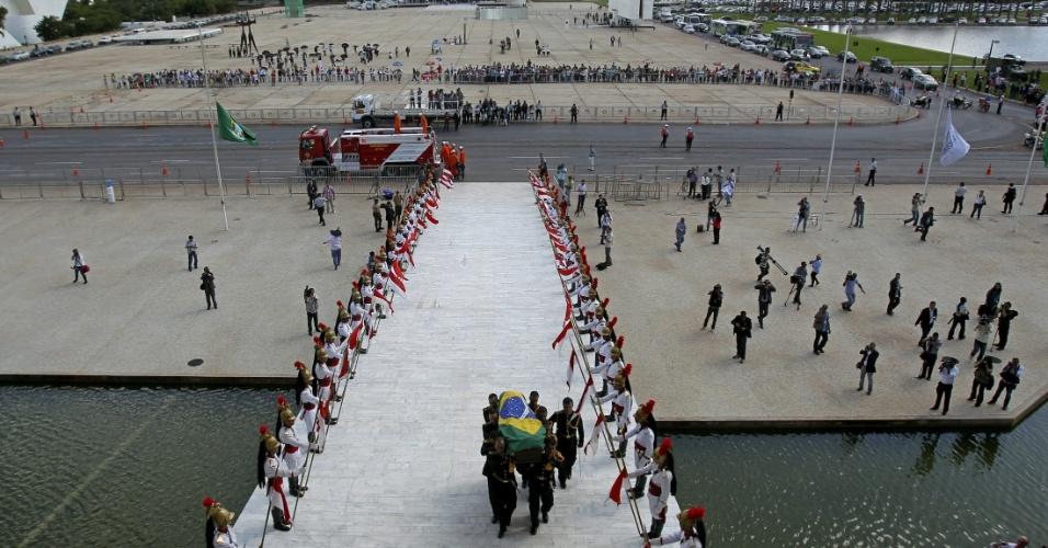 6.dez.2012 - O caixão com o corpo do arquiteto Oscar Niemeyer sobe a rampa do Palácio do Planalto, em Brasília, onde será velado nesta quinta-feira (6). A presidente Dilma Rousseff o recebeu com honras de Estado