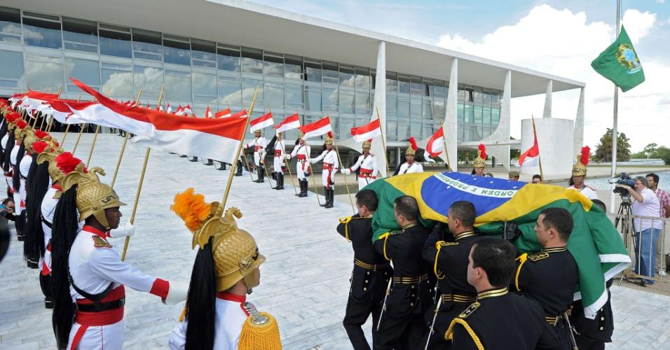 6.dez.2012 - O cortejo com o caixão do arquiteto brasileiro Oscar Niemeyer sobe a rampa do Palácio do Planalto onde será velado nesta quinta-feira. A presidente Dilma Rousseff recebeu o cortejo com honras de Estado