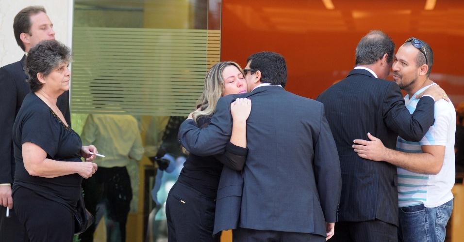 6.dez.2012 - Parentes chegam ao hospital após morte do arquiteto Oscar Niemeyer de 104 anos,