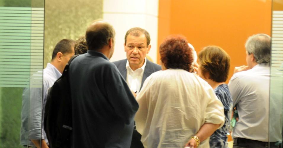 6.dez.2012 - Parentes conversam depois de terem sido informados sobre a morte do arquiteto Oscar Niemeyer, 104,  no Hospital Samaritano, em Botafogo, na zona sul do Rio de Janeiro