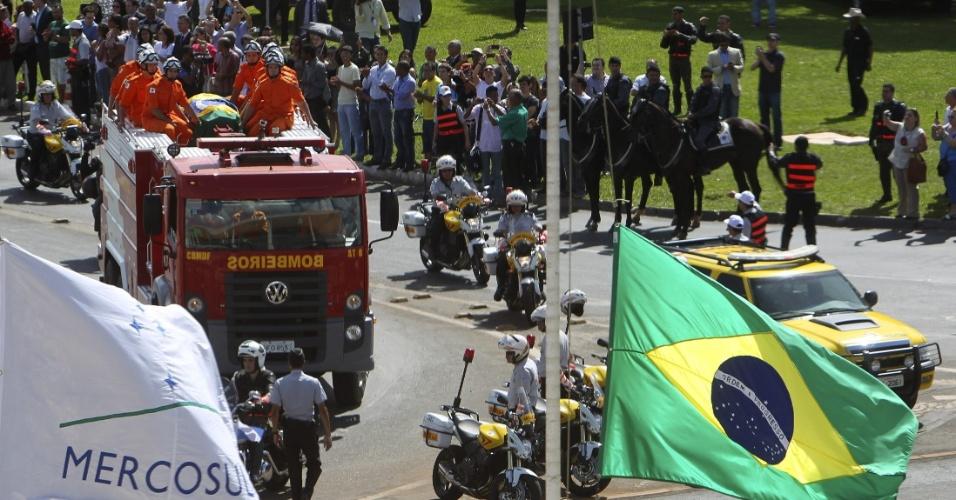 6.dez.2012 - Pessoas acompanham o cortejo com o corpo do arquiteto Oscar Niemeyer durante a chegada ao Palácio do Planalto, em Brasília, onde será velado com honras de Estado nesta quinta-feira. A presidente Dilma Rousseff ofereceu as localidades do palácio para o velório, onde recebe o cortejo