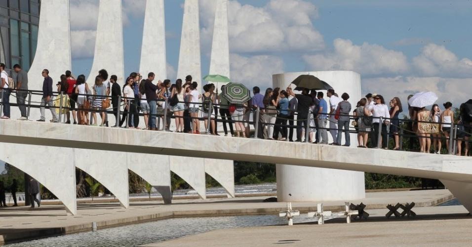 6.dez.2012 - Público forma fila para entrar no velório do arquiteto Oscar Niemeyer, no Palácio do Planalto, uma de suas obras mais importantes, em Brasília
