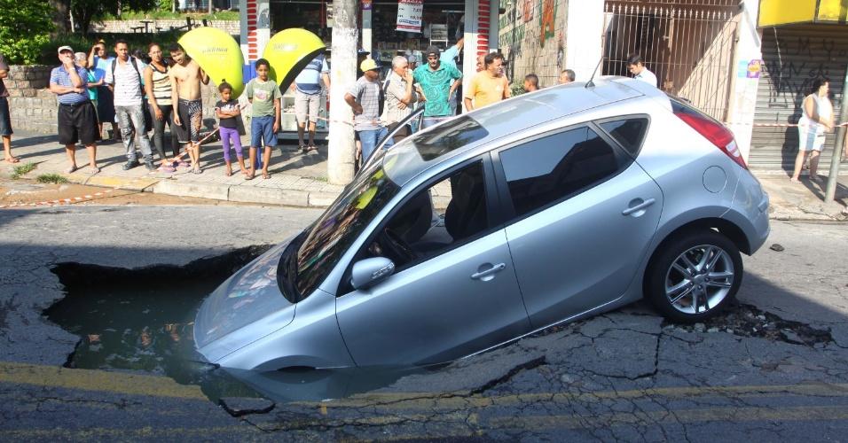 6.dez.2012 - Um carro caiu dentro de um buraco de uma obra na rua Elza Fagundes de Morais, no bairro Jardim Osasco, em Osasco (Grande São Paulo), nesta quinta-feira (6)