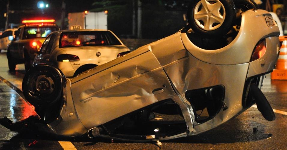 6.dez.2012 - Um carro capotou na pista expressa da Marginal Pinheiros, sentido Interlagos, próximo à ponte Ari Torres, na zona sul de São Paulo. Uma pessoa ficou ferida