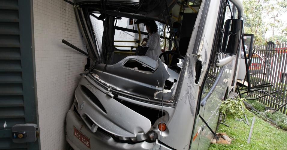 6.dez.2012 - Vinte e seis pessoas ficaram feridas depois que um ônibus bateu contra um prédio, na esquina das ruas Chichorro Junior e Avenida Paraná, no bairro Cabral, em Curitiba, nesta quinta-feira (6)