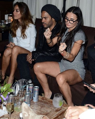 Demi Moore dança em festa em Liami ao lado de Lanny Kravitz