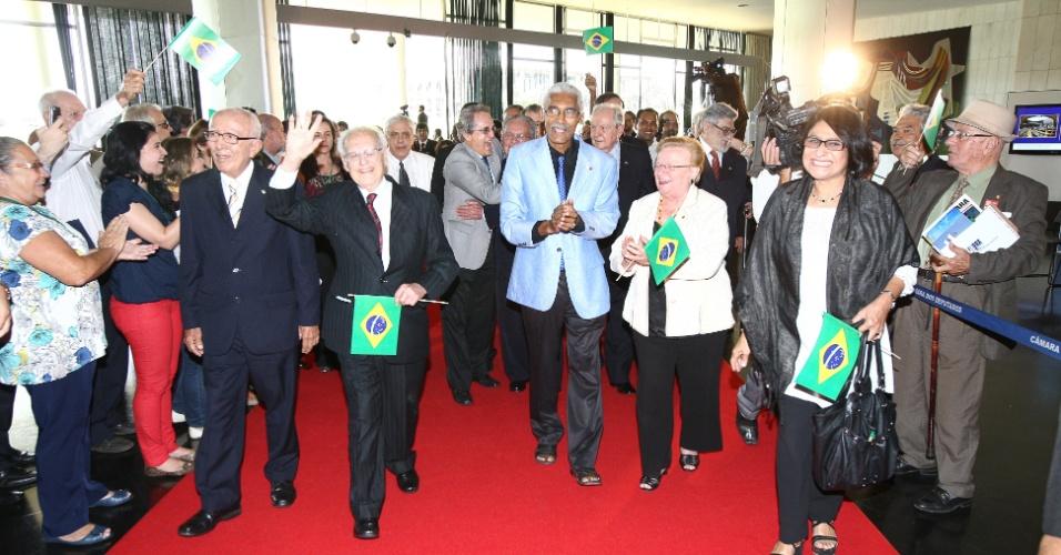 Deputados cassados no período da ditadura militar no Brasil (1964-985) comemoram a posse que lhes devolveu o mandato simbolicamente nesta quinta-feira (6) no plenário da Câmara dos Deputados, em Brasília