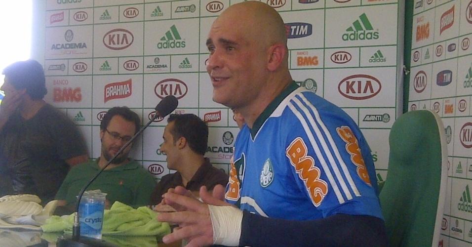Goleiro Marcos dá coletiva ao treinar para jogo de despedida