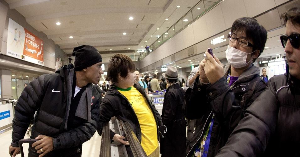 Volante Paulinho é tira foto com fã no desembarque do Corinthians no aeroporto de Narita, no Japão