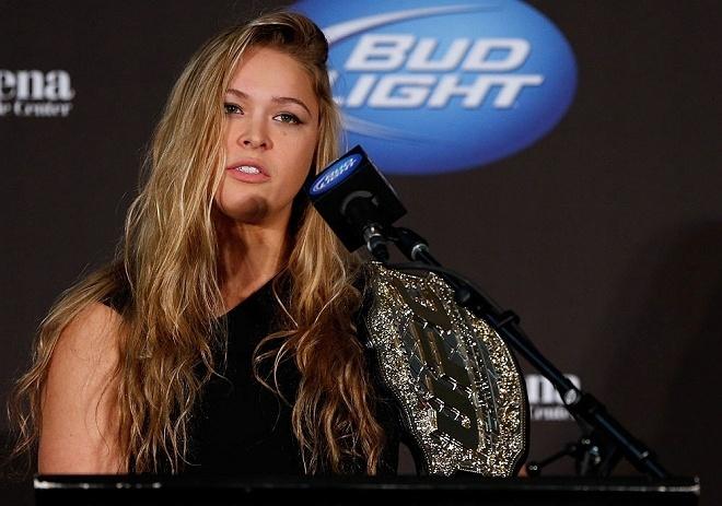 06.dez.2012 - Ronda Rousey é apresentada como campeã do UFC, sendo a primeira mulher a entrar na organização