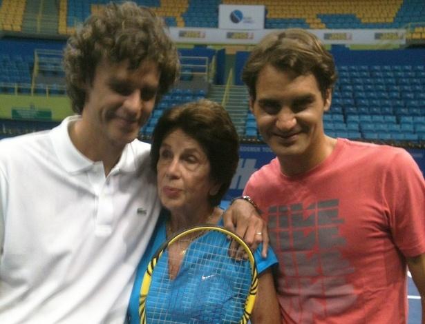 07.dez.2012- Federer posa para foto ao lado de Guga e de Maria Esther Bueno no Ginásio do Ibirapuera em São Paulo, o brasileiro postou a foto em sua conta no Twitter