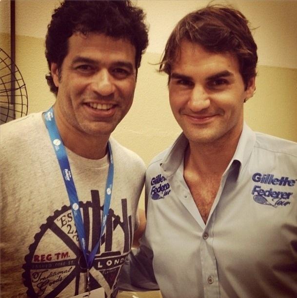 07.dez.2012-Ex-jogador Raí posta foto ao lado de Federer nos bastidores do Desafio Internacional de Tênis em São Paulo