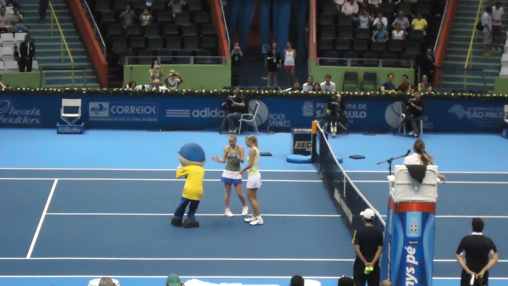 07.dez.2012-Maria Sharapova e Caroline Wozniacki brincam com mascote do Desafio Internacional após jogarem no Ginásio do Ibirapuera nesta sexta-feira