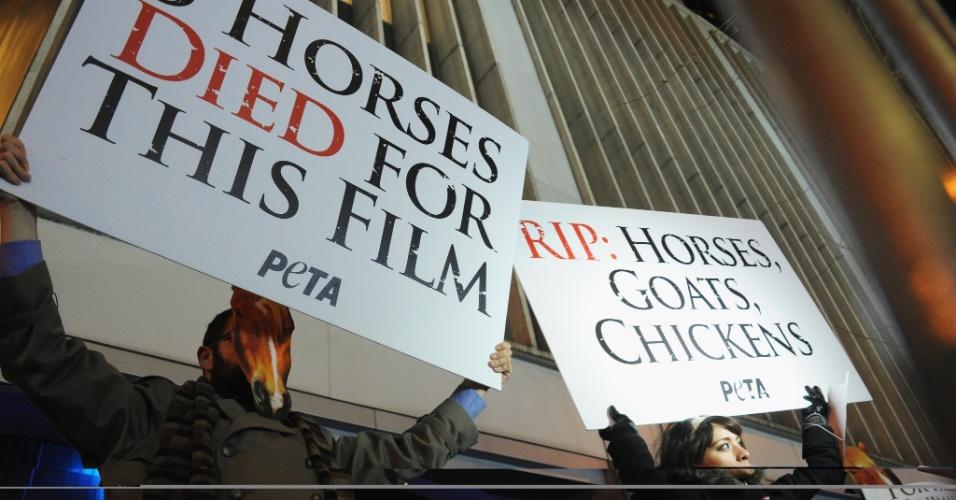 6.dez.2012 - Ativistas protestam no tapete vermelho da pré-estreia de