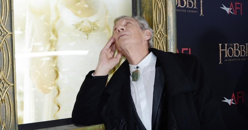 6.dez.2012 - Ian McKellen brinca com cartaz de Cate Blanchett no tapete vermelho da pré-estreia de
