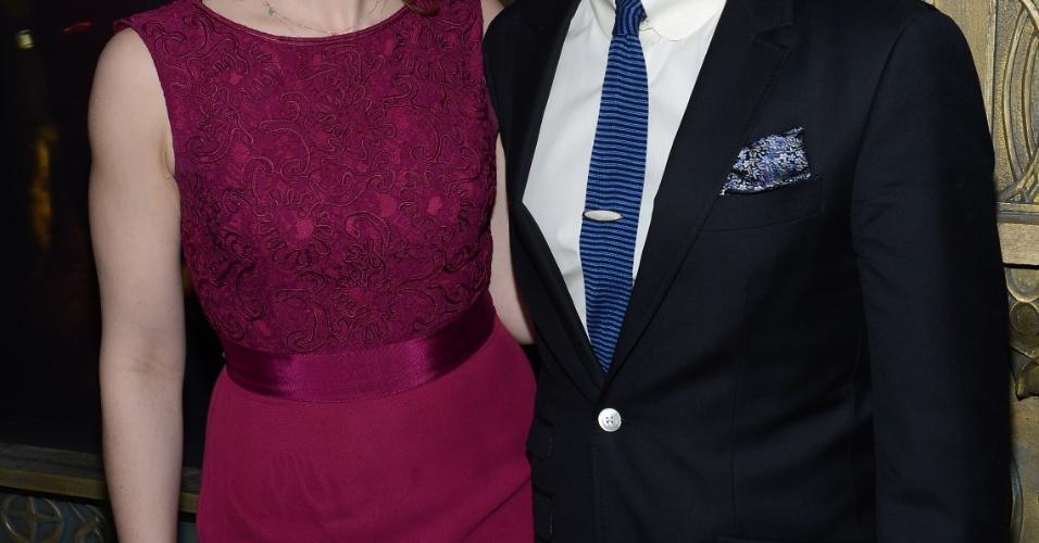 6.dez.2012 - Martin Freeman e sua mulher no tapete vermelho da pré-estreia de