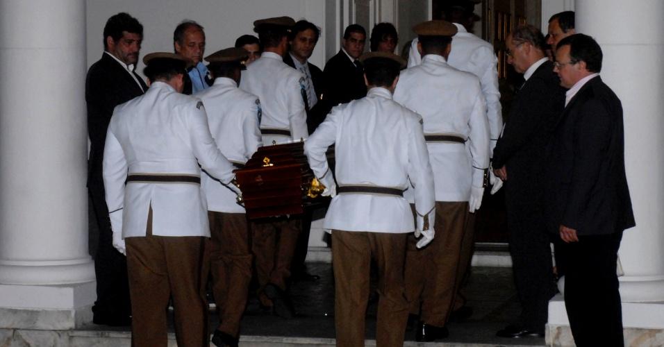 6.dez.2012 - O corpo de Oscar Niemeyer é carregado, na noite desta quinta-feira (6), para o interior do Palácio da Cidade, em Botafogo, zona sul do Rio de Janeiro, onde será velado. O velório será aberto ao público a partir das 8h desta sexta-feira (7)