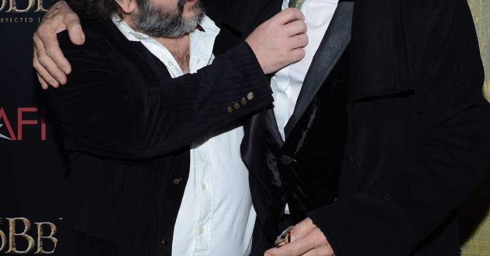6.dez.2012 - O diretor Peter Jackson e Ian McKellen no tapete vermelho da pré-estreia de