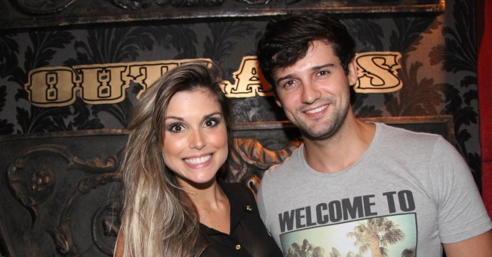 6.dez.2012 - Os ex-BBBS Flávia Viana e Fernando Justin comparecem ao show de Buchecha na casa sertaneja Outlaws, em São Paulo