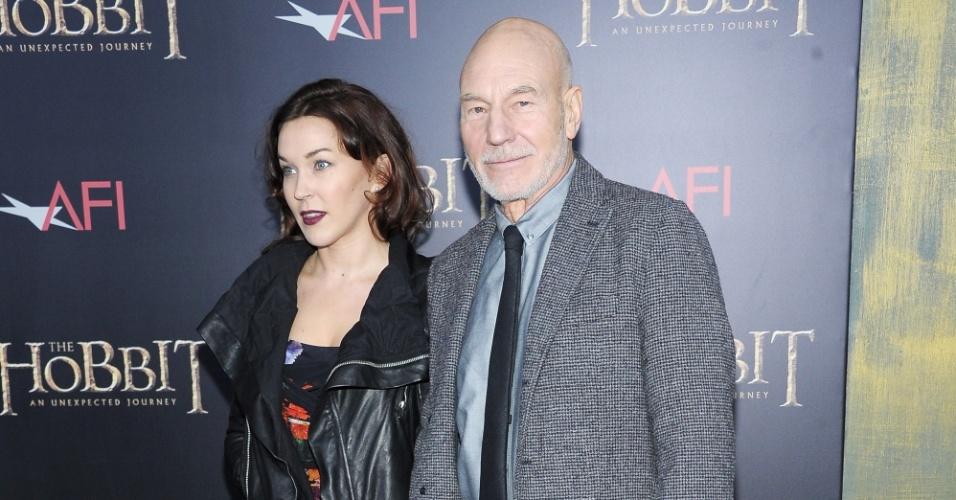 6.dez.2012 - Patrick Stewart e sua mulher no tapete vermelho da pré-estreia de