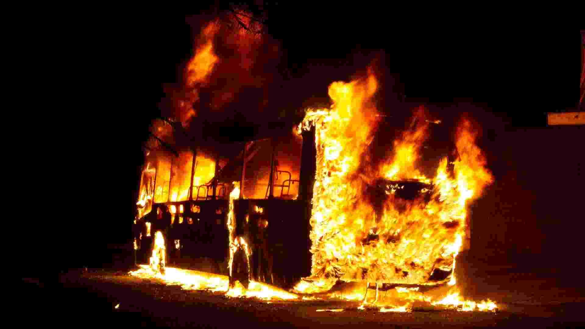 7.dez.2012 - Ônibus pega fogo na avenida Maestro Hervê Cordovil, em Ribeirão Preto (SP) - Alfredo Risk/Futura Press