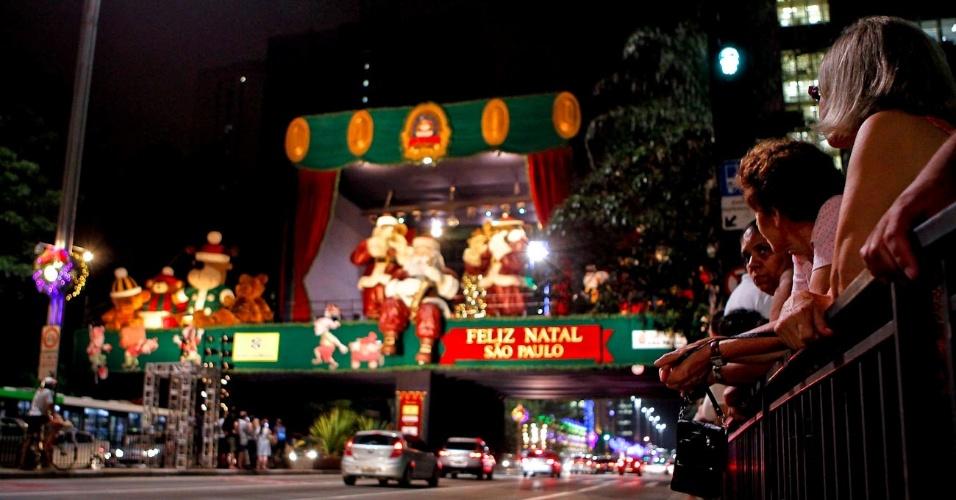 7.dez.2012 - A decoração da Praça de Natal da avenida Paulista, em São Paulo, foi inaugurada na noite desta sexta-feira (7). A estrutura da praça, localizada entre as ruas Padre João Manuel e Ministro Rocha Azevedo, possui cerca de mil metros quadrados e será usada também para a festa de Réveillon