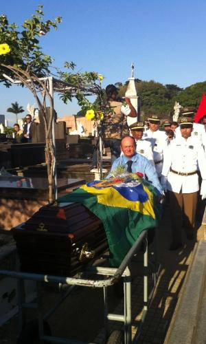 7.dez.2012 - Caixão com o corpo do arquiteto Oscar Niemeyer chega ao cemitério São João Batista , no Rio de Janeiro, onde foi enterrado nesta sexta-feira
