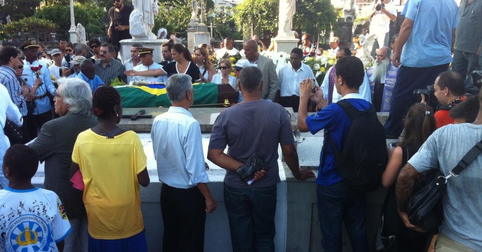 7.dez.2012 - O corpo do arquiteto Oscar Niemeyer foi enterrado às 18h03 desta sexta-feira no cemitério São João Batista, zona sul do Rio de Janeiro, em cerimônia que deveria ser reservada a familiares e amigos, mas acabou sendo acompanhada pelo público