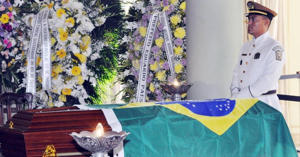 7.dez.2012 - Caixão com o corpo do arquiteto Oscar Niemeyer é velado no Palácio da Cidade, no Rio de Janeiro