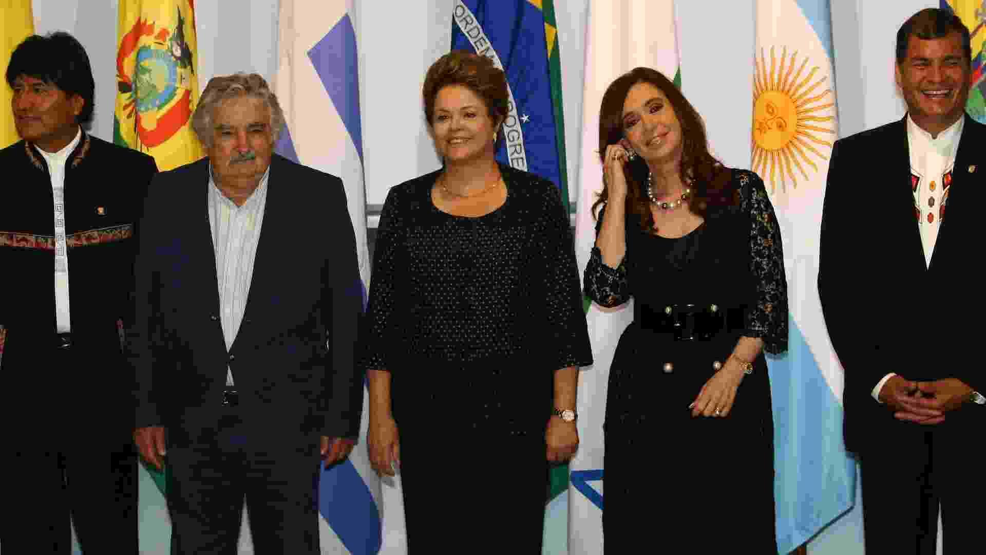 7.dez.2012 - Da esquerda para a direita, os presidentes Evo Morales (Bolívia), Pepe Mujica (Uruguai), Dilma Rousseff (Brasil), Cristina Kirchner (Argentina) e Rafael Correa (Equador), posam para foto durante a cúpula do Mercosul, que acontece em Brasília - Alan Marques/Folhapress
