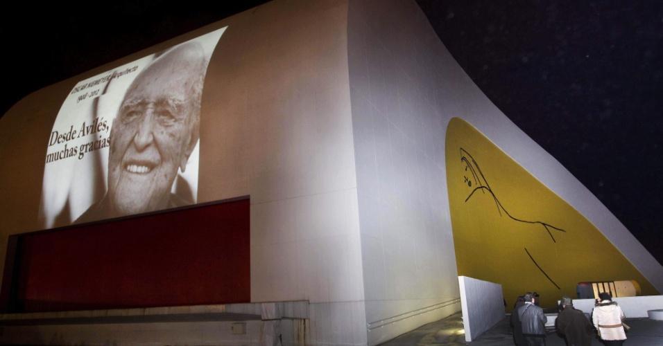 """7.dez.2012 - Fachada do Centro Cultural Internacional Oscar Niemeyer, na cidade de Avilés, na Espanha, projetou foto de Niemeyer na qual diz """"De Avilés, muito obrigado"""" em homenagem ao arquiteto que o construiu. Niemeyer morreu na última quarta-feira, aos 104 anos, no Rio de Janeiro, em decorrência de problemas respiratórios"""
