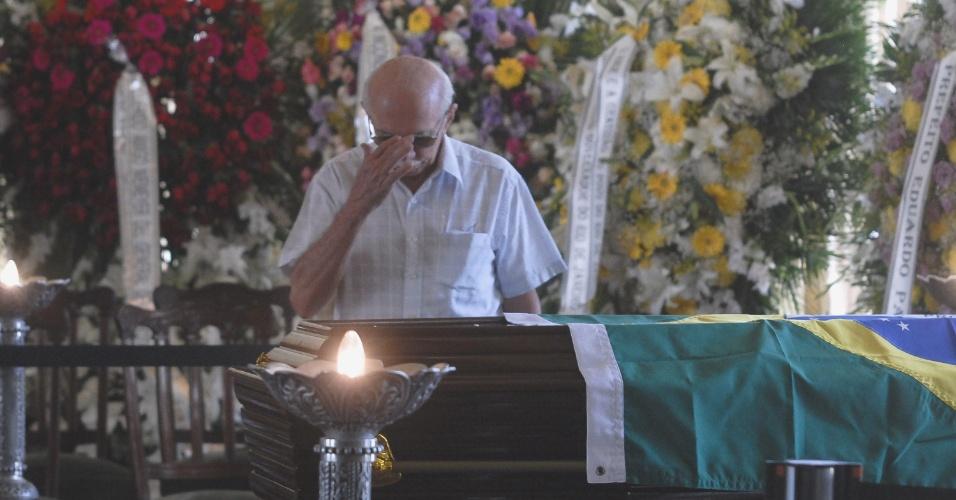 7.dez.2012 - Homem chora diante do caixão com o corpo do arquiteto Oscar Niemeyer, que é velado no Palácio da Cidade, sede oficial da Prefeitura do Rio de Janeiro