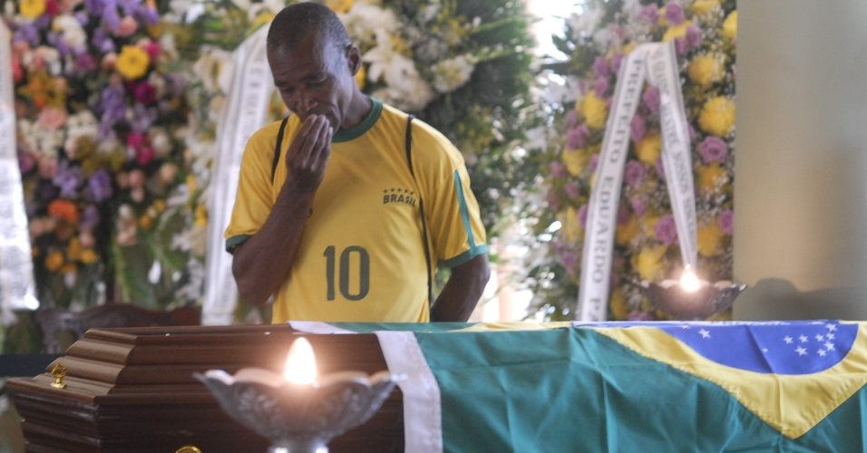 7.dez.2012 - Homem observa caixão com o corpo do arquiteto Oscar Niemeyer, que é velado no Palácio da Cidade, sede oficial da Prefeitura do Rio de Janeiro