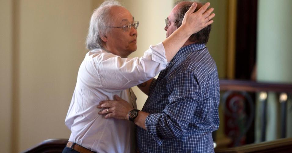 7.dez.2012 - Homens se abraçam  durante velório do arquiteto Oscar Niemeyer  que acontece no Palácio da Cidade, sede oficial da Prefeitura do Rio de Janeiro