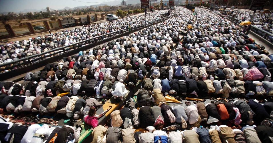 7.dez.2012 - Manifestantes rezam durante protesto pró-democracia, nesta sexta-feira (7), em Sanaa (Iêmen)