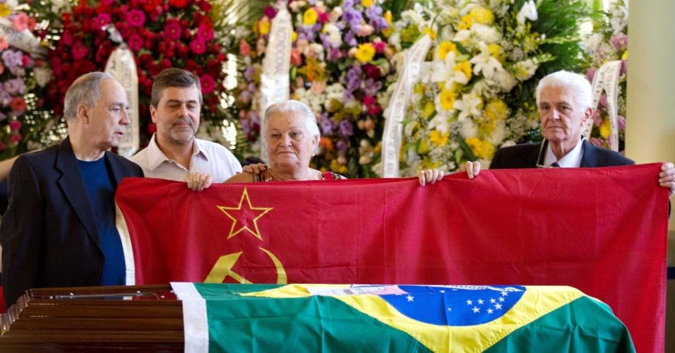 7.dez.2012 - Maria Prestes, viúva de Carlos Prestes, segura a bandeira comunista ao lado do caixão do arquiteto Oscar Niemeyer  que acontece no Palácio da Cidade, sede oficial da Prefeitura do Rio de Janeiro