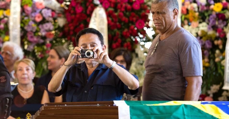 7.dez.2012 - Mulher fotografa velório do arquiteto Oscar Niemeyer  que acontece no Palácio da Cidade, sede oficial da Prefeitura do Rio de Janeiro