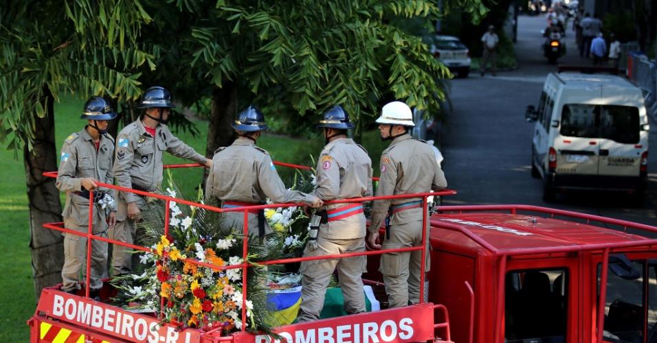 7.dez.2012 - O caixão com o corpo do arquiteto Oscar Niemeyer foi colocado em carro do Corpo de Bombeiros onde segue rumo ao Cemitério São João Batista, na zona sul do Rio de Janeiro, onde será enterrado na tarde desta sexta-feira