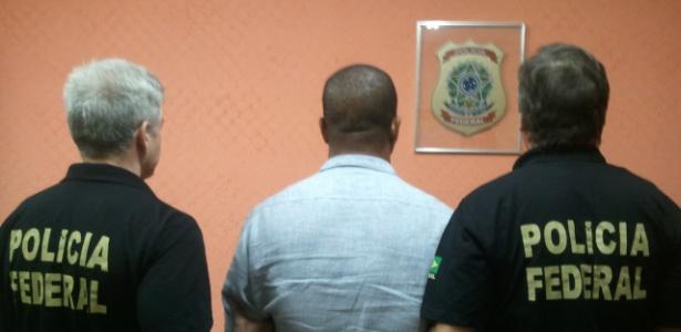 Policiais federais prenderam o ex-primeiro-ministro das Ilhas Turks e Caicos Michael Misick (centro)