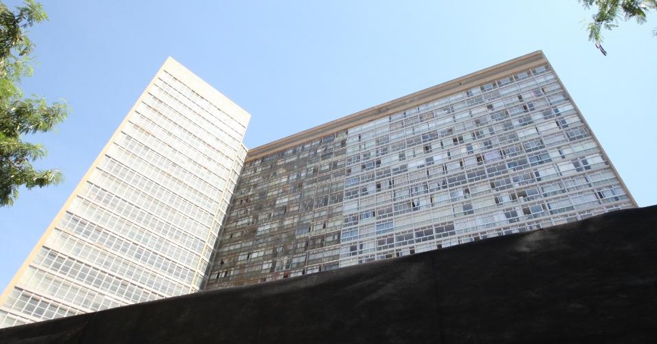 7.dez.2012 - Uma faixa preta foi colocada na fachada do Conjunto Governador Juscelino Kubitschek, em Belo Horizonte (MG), nesta sexta-feira, como forma de expressar o luto pela morte do arquiteto Oscar Niemeyer, projetista do complexo. Niemeyer morreu no hospital Samaritano, no Rio de Janeiro (RJ), na última quarta-feira (5), aos 104 anos. A morte de seu por problemas respiratórios