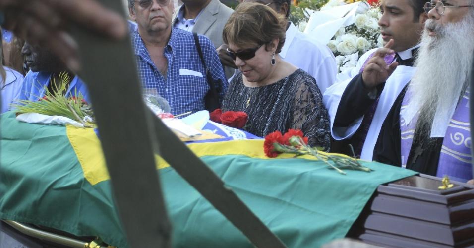 7.dez.2012 - Vera Lúcia Niemeyer (centro), mulher do arquiteto Oscar Niemeyer, se despede do marido durante seu enterro nesta sexta-feira, no cemitério São João Batista, na zona sul do Rio de Janeiro