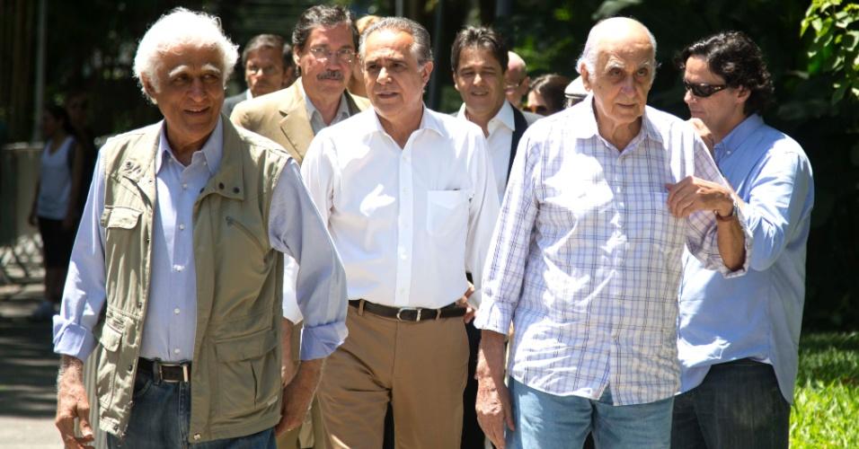 7.dez.2012 - Ziraldo (esq.), o jornalista Roberto D'Ávila e Zuenir Ventura (dir.) comparecem ao velório do arquiteto Oscar Niemeyer no Palácio da Cidade, sede oficial da Prefeitura do Rio de Janeiro