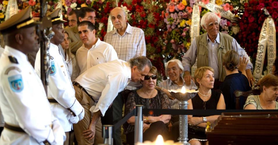 7.dez.2012 - Zuenir Ventura (em pé, à esq.) e Ziraldo (em pé, à dir.) participam do velório do arquiteto Oscar Niemeyer que acontece no Palácio da Cidade, sede oficial da Prefeitura do Rio de Janeiro